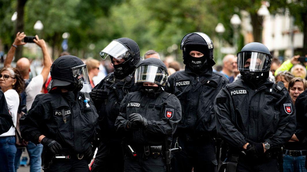 Die Polizei steht auf einer Demo gegen die Corona-Maßnahmen trotz Demonstrationsverbot.