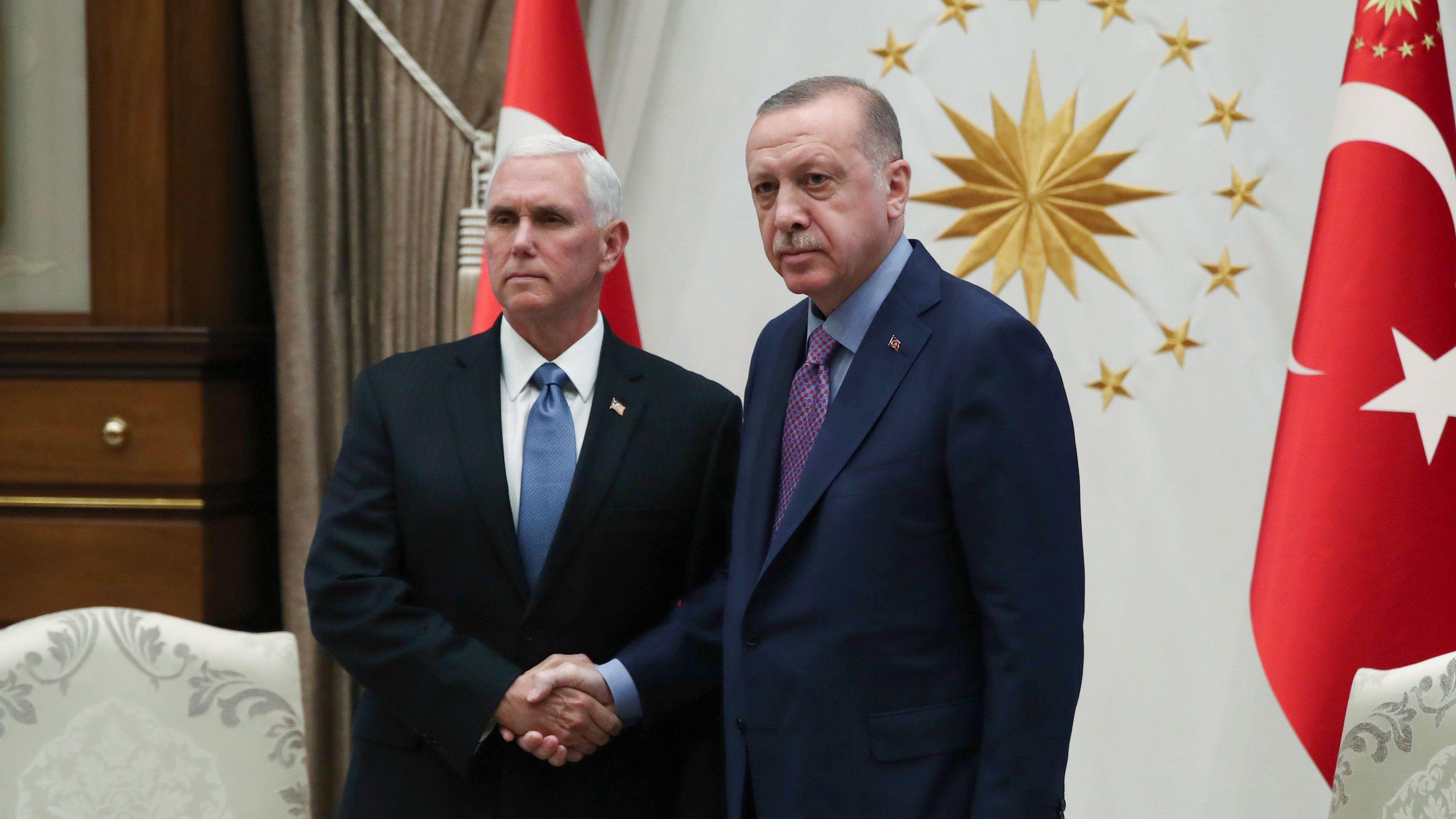 Mike Pence (l), Vizepräsident der USA, und Recep Tayyip Erdogan, Präsident der Türkei, geben sich im Präsidentenpalast die Hand.