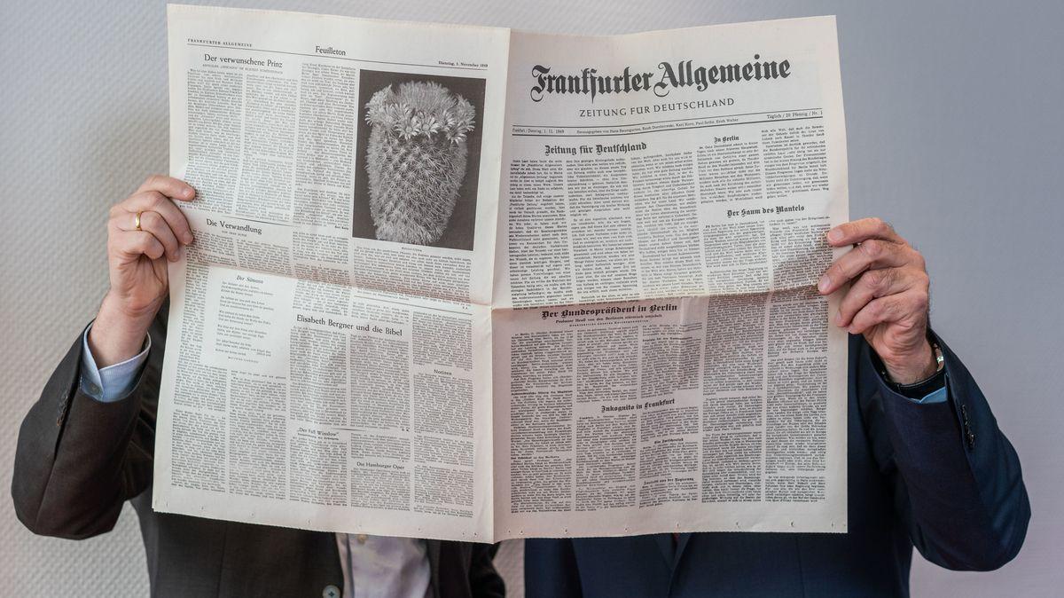 Dahinter steckt immer ein kluger Kopf: Carsten Knop, Chefredakteur Digitale Produkte (l), und Berthold Kohler, Herausgeber der Frankfurter Allgemeinen Zeitung , stehen hinter einem Exemplar der ersten FAZ-Ausgabe vom 01.11.1949