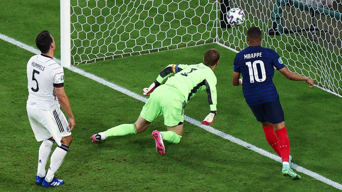 1:0 für Frankreich - Eigentor durch Mats Hummels: Der Ball zappelt im Tor von Kapitän Manuel Neuer.
