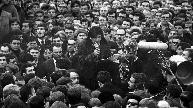 Während des 19. Bundesparteitages der FDP in der Stadthalle in Freiburg am 29.01.1968 führen vor der Halle vor über 2.000 Zuschauern der Studentenführer Rudi Dutschke (M, mit Mikrofon) und der FDP-Politiker Ralf Dahrendorf (links unten neben Dutschke) eine Diskussion.