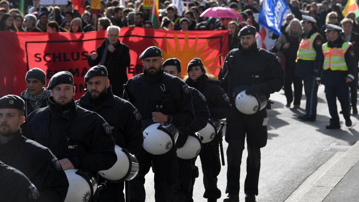 Die Polizei sichert eine Demonstration gegen die Münchner Sicherheitskonferenz 2020 ab.