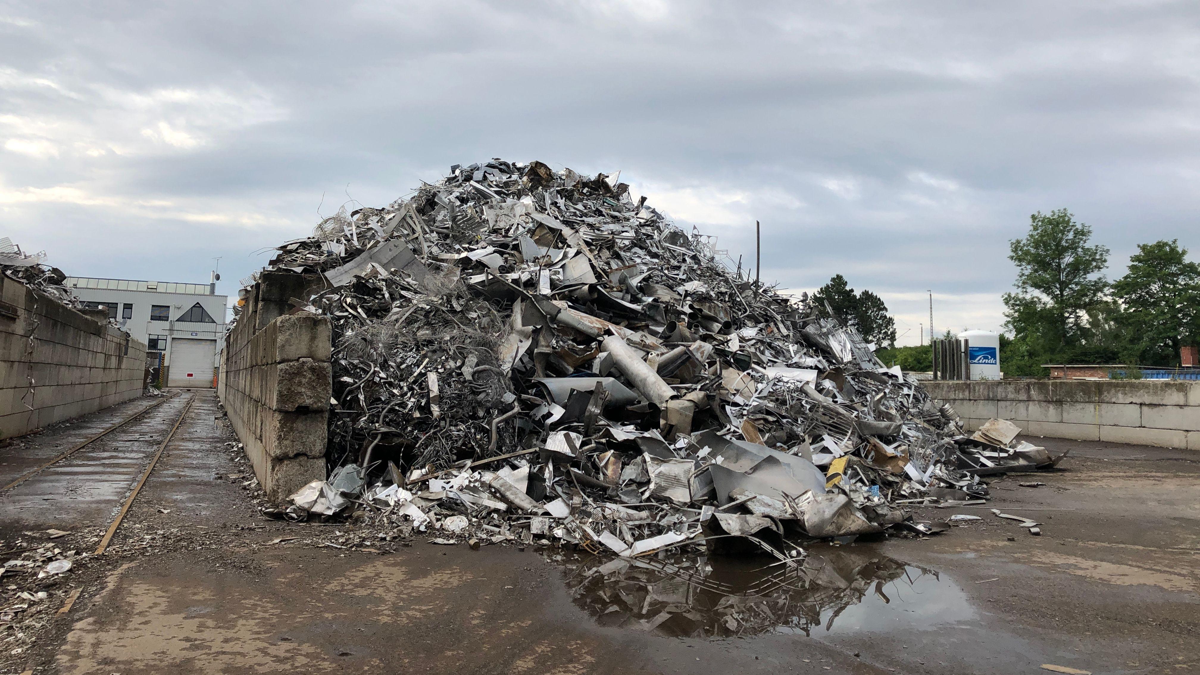 Schrottberg in Recyclinghof in München-Aubing nach dem Brand