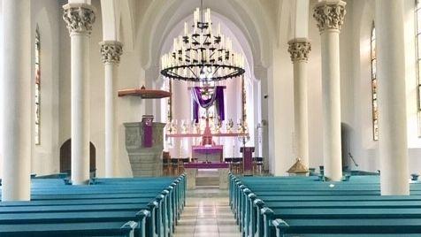 Farben vermitteln ein besonderes Raumgefühl im Kirchenraum