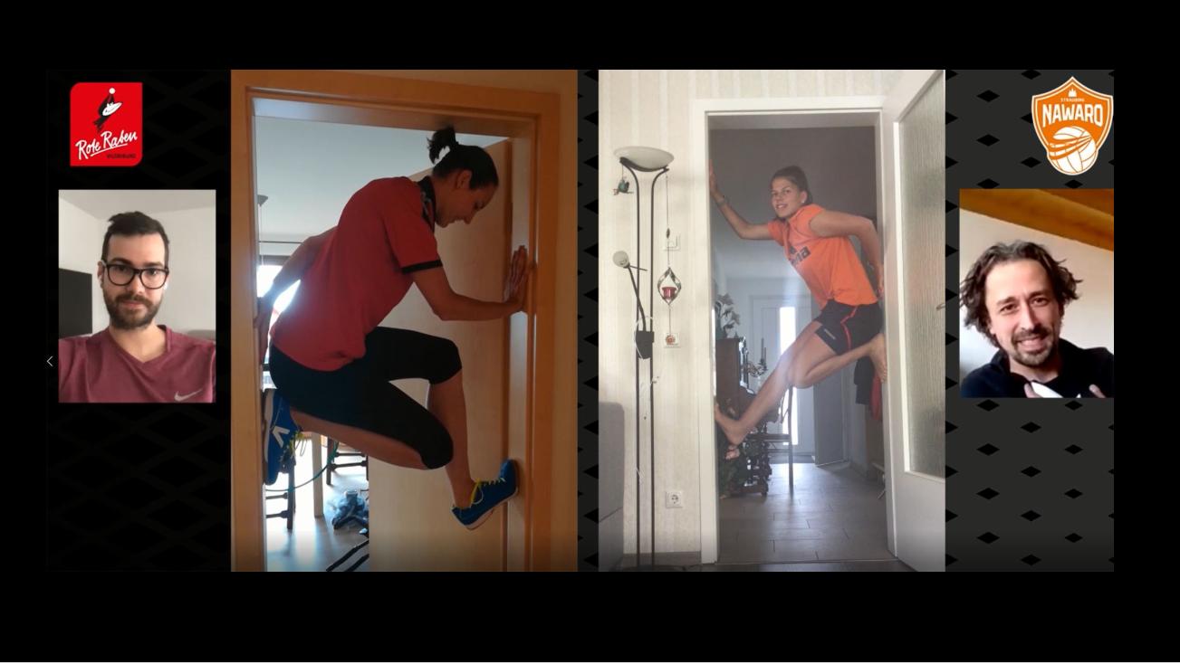 """Die Volleyballerinnen in der """"Türstock-Challenge"""" - ihre Trainer (links und rechts) bewerten sie"""