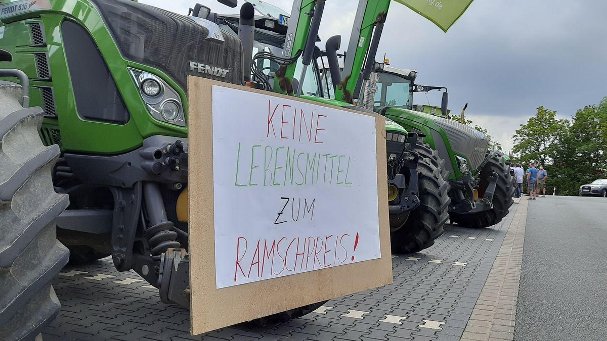 Protest von Milchbauern vor Uffenheimer Edeka-Markt wegen Billigbutter im Angebot.