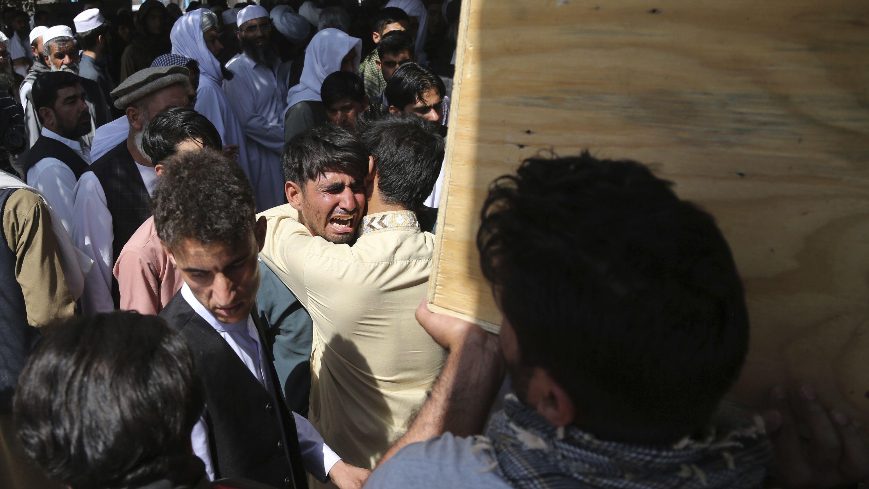 Kabul: Trauergäste weinen während der Beerdigung eines der Opfer nach einer Explosion in einer Hochzeitshalle am späten Abend des 17. August 2019.