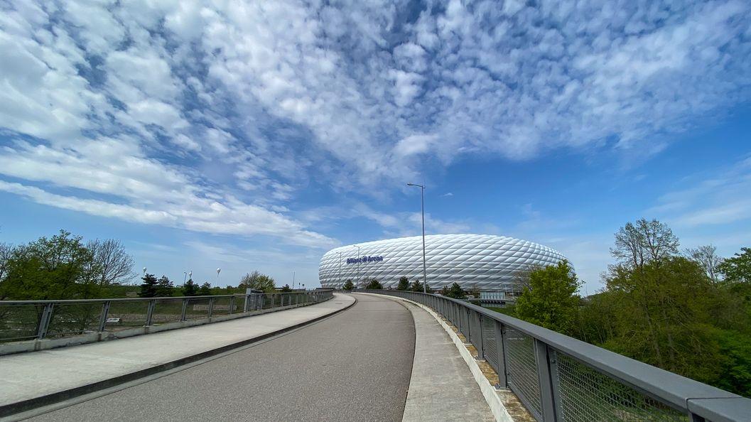 Die Allianz Arena mit breitem Fußweg.