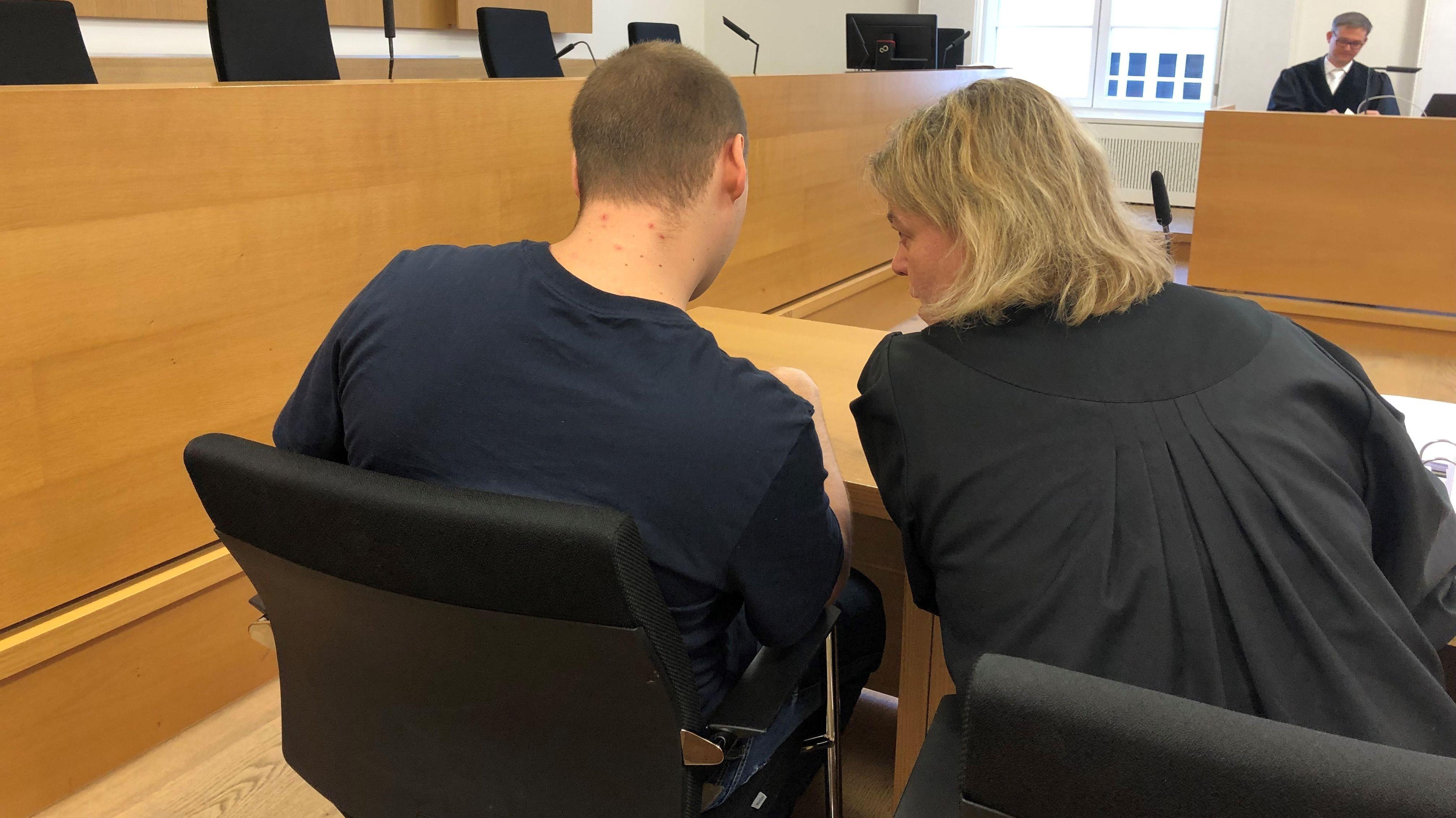 Der 24-jährige Angeklagte mit seiner Anwältin am Landgericht Deggendorf