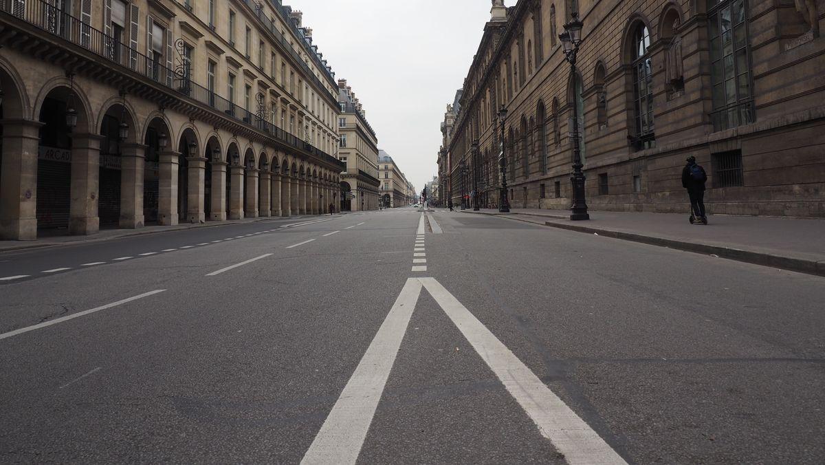 """Die menschenleere """"Rue de Rivoli"""" in Paris."""