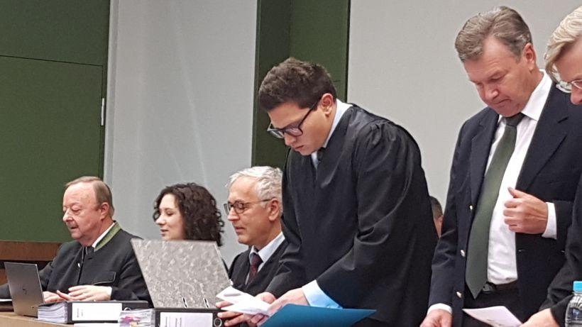 Georg Bromme (1. von links) und Jakob Kreidl (1. von rechts) im Gerichtssaal des Landgerichts München II im November 2018.