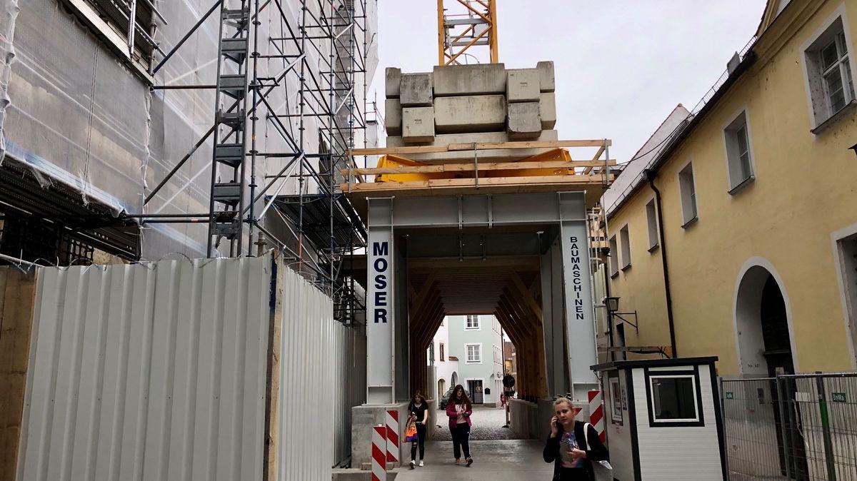 Unter dem Kran an der Stadtresidenz können Passanten durchgehen