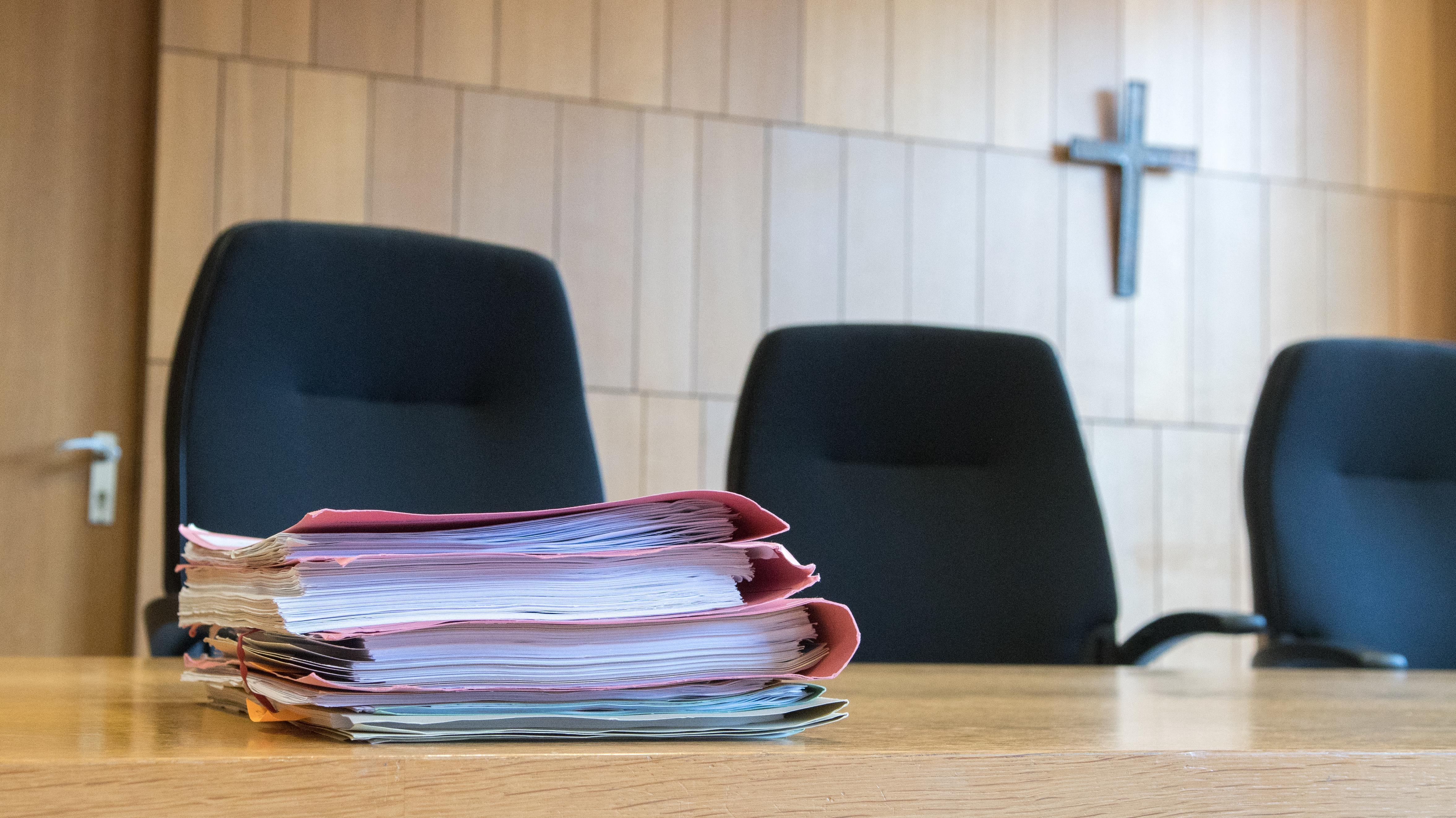 Akten auf einem Tisch im Gerichtssaal