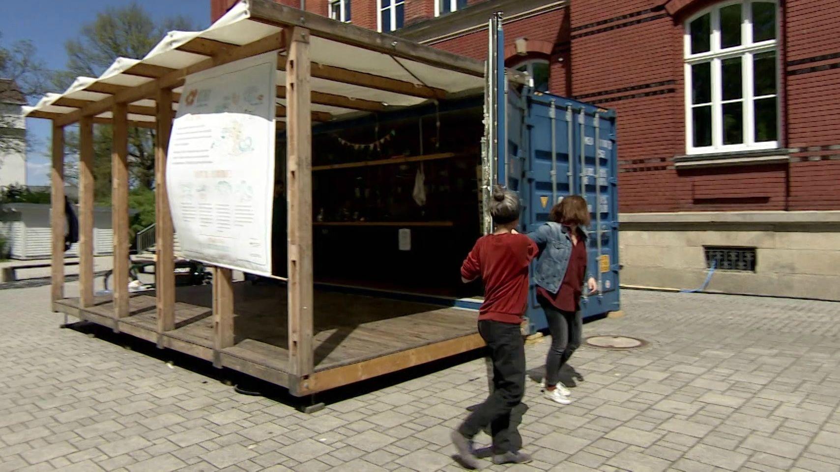 Ein blauer Schiffscontainer als mobile Küche vor der Sophienschule