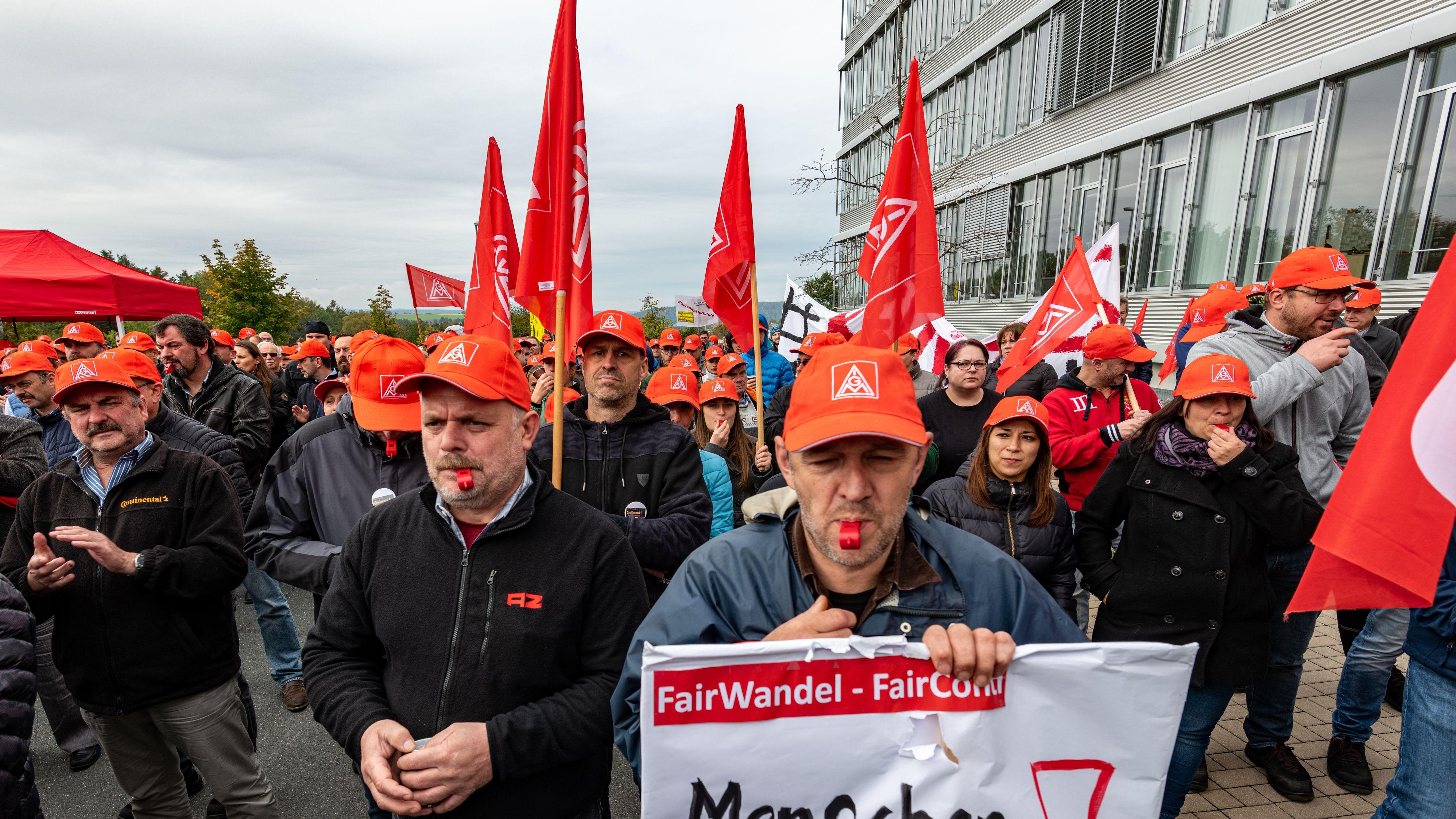 Conti-Mitarbeiter bei einer Demo im Oktober. Continental will das Werk in Roding aufgrund der Schwäche der Automobilindustrie 2024 schließen.