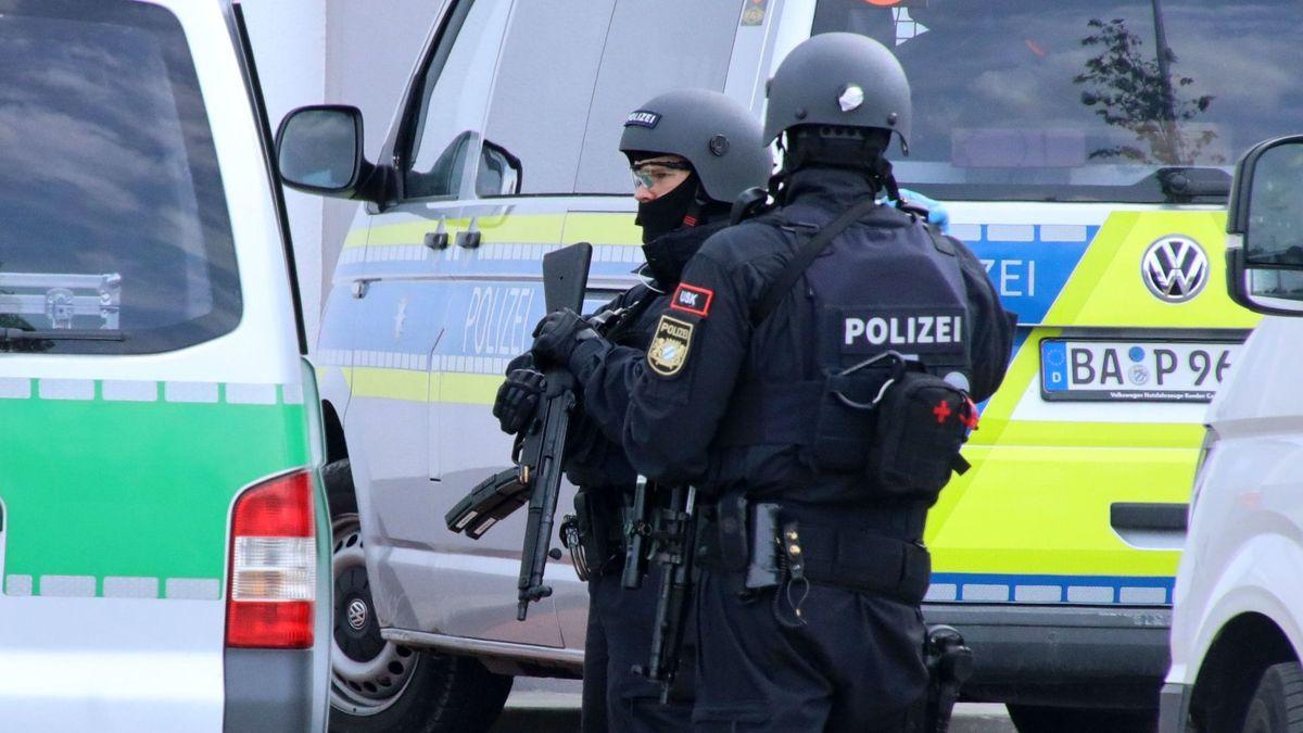 Polizisten beim Großeinsatz in Abensberg