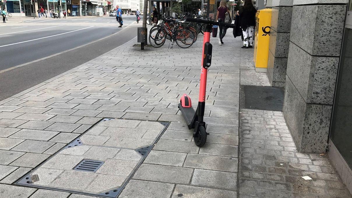 E-Scooter als Hindernis auf dem Gehweg