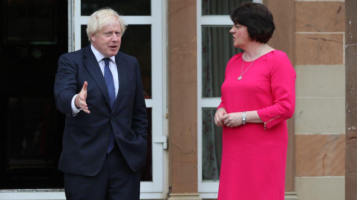 Die nordirische Regierungschefin Arlene Foster im Gespräch mit Großbritanniens Premier Boris Johnson