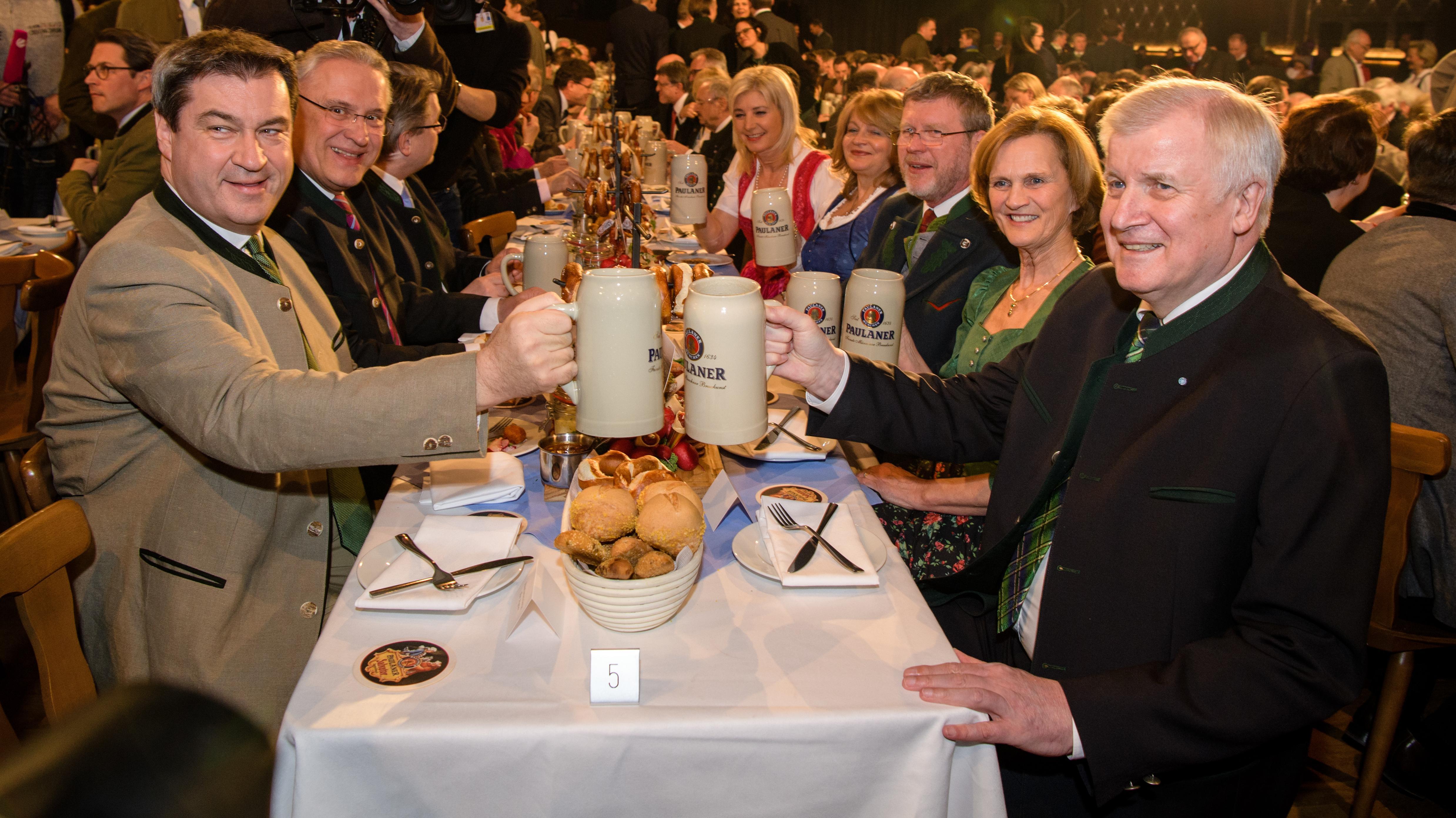 Im vergangenen Jahr noch in der ersten Reihe, dieses Jahr nicht mehr im Publikum: Bundesinnenminister Horst Seehofer (r.)