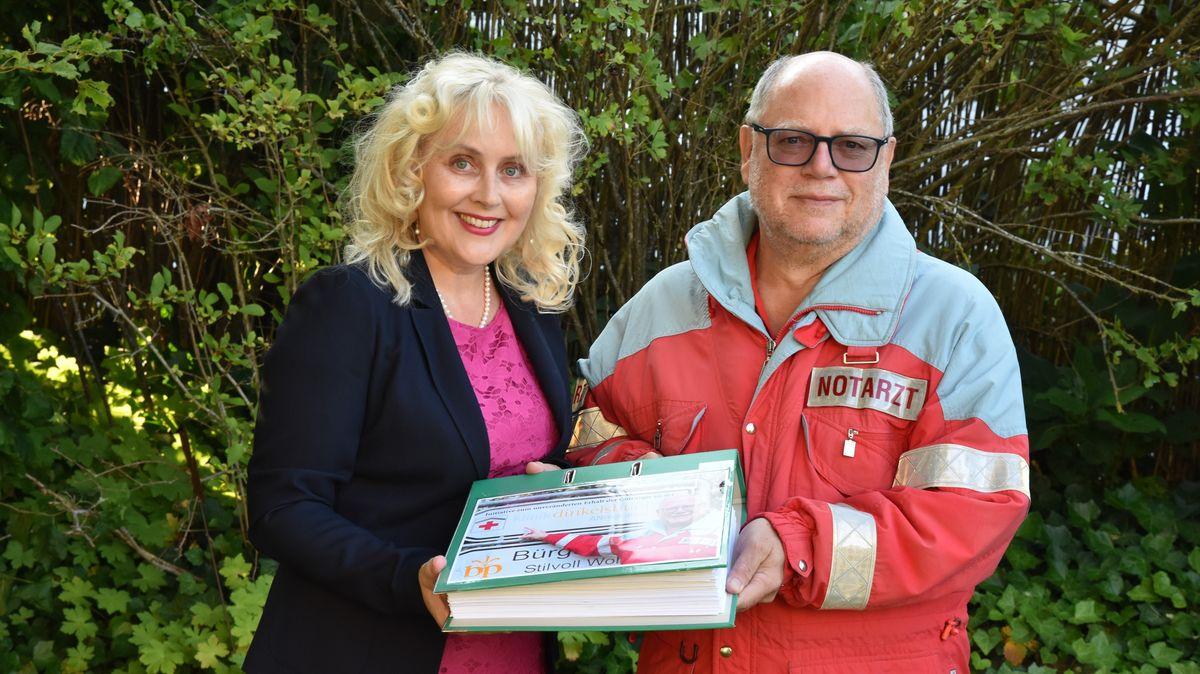 Initiativen-Sprecherin Petra Ziegler und ein Notarzt des Klinikums Ansbach mit den Unterschriften