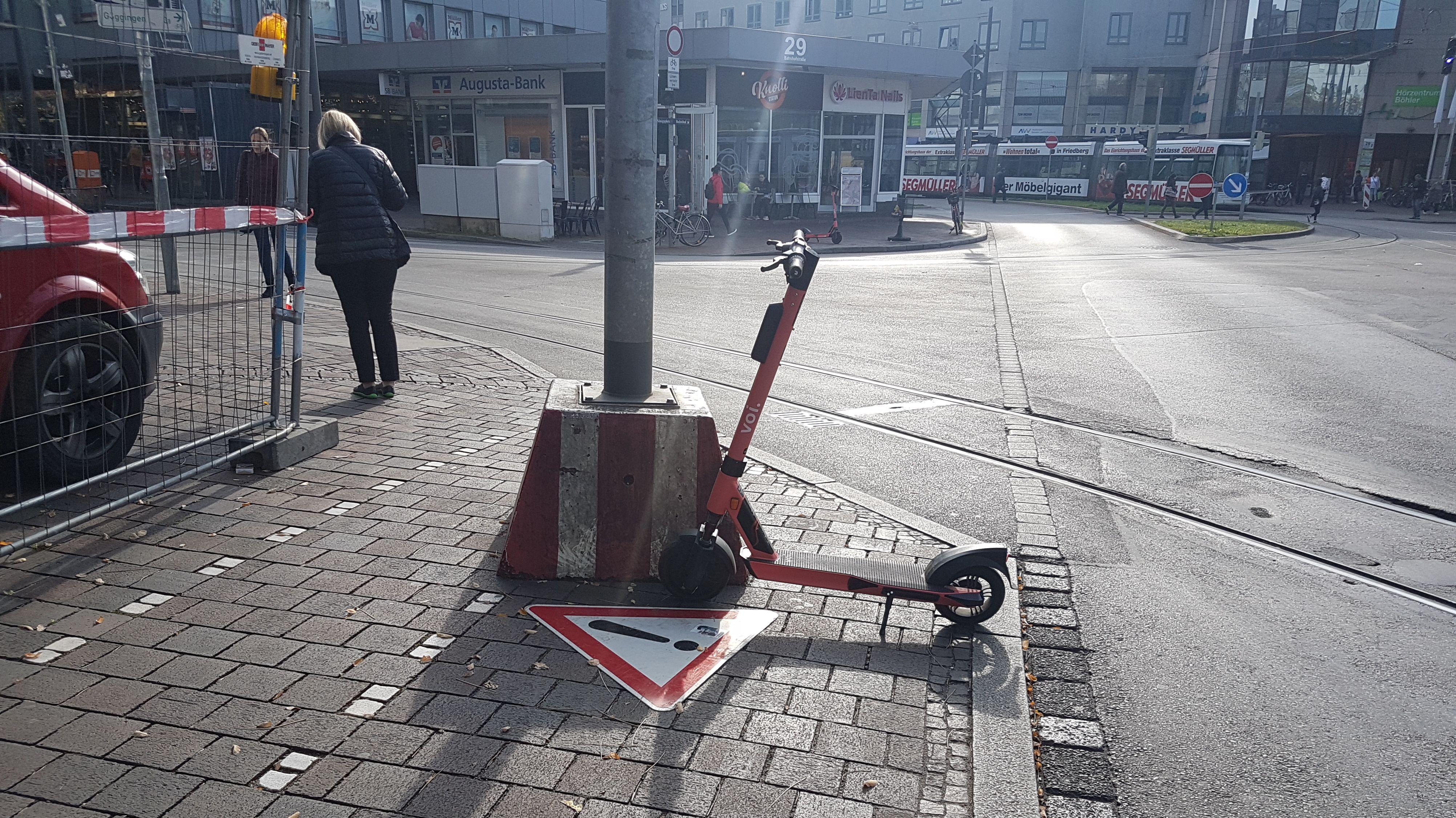 Ein E-Scooter auf einem Fußweg am Hauptbahnhof in Augsburg.
