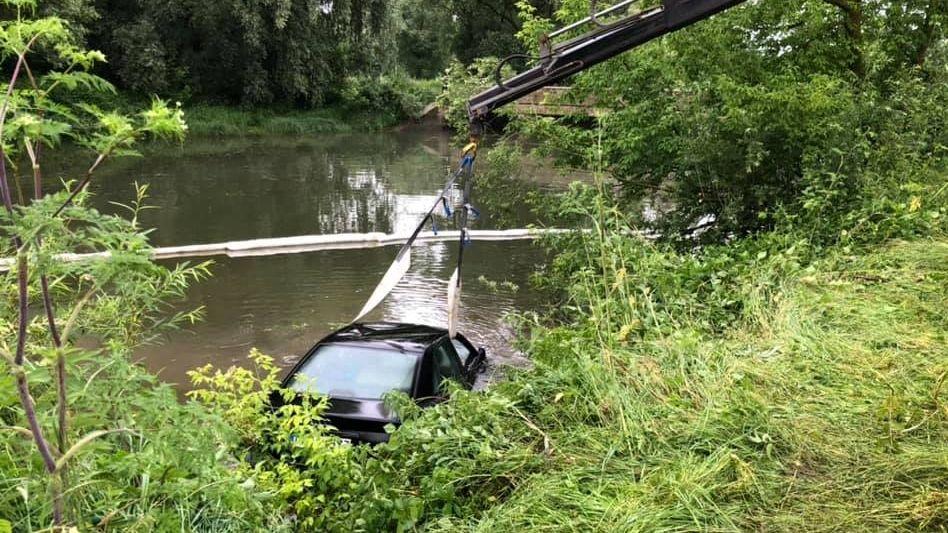 Das Auto wird aus dem Wasser gezogen