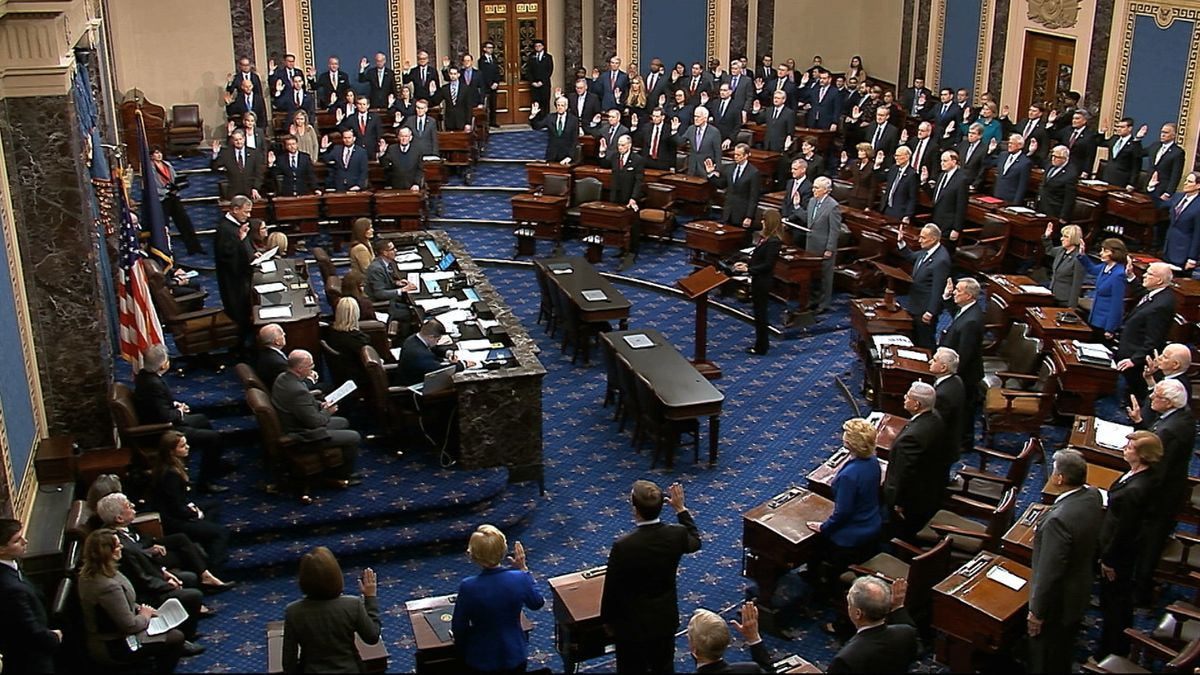 John Roberts, Oberster Richter in den USA, vereidigt die Senatoren. Der US-Senat kommt zur ersten Sitzung im historischen Amtsenthebungsverfahren gegen Präsident Trump zusammen.