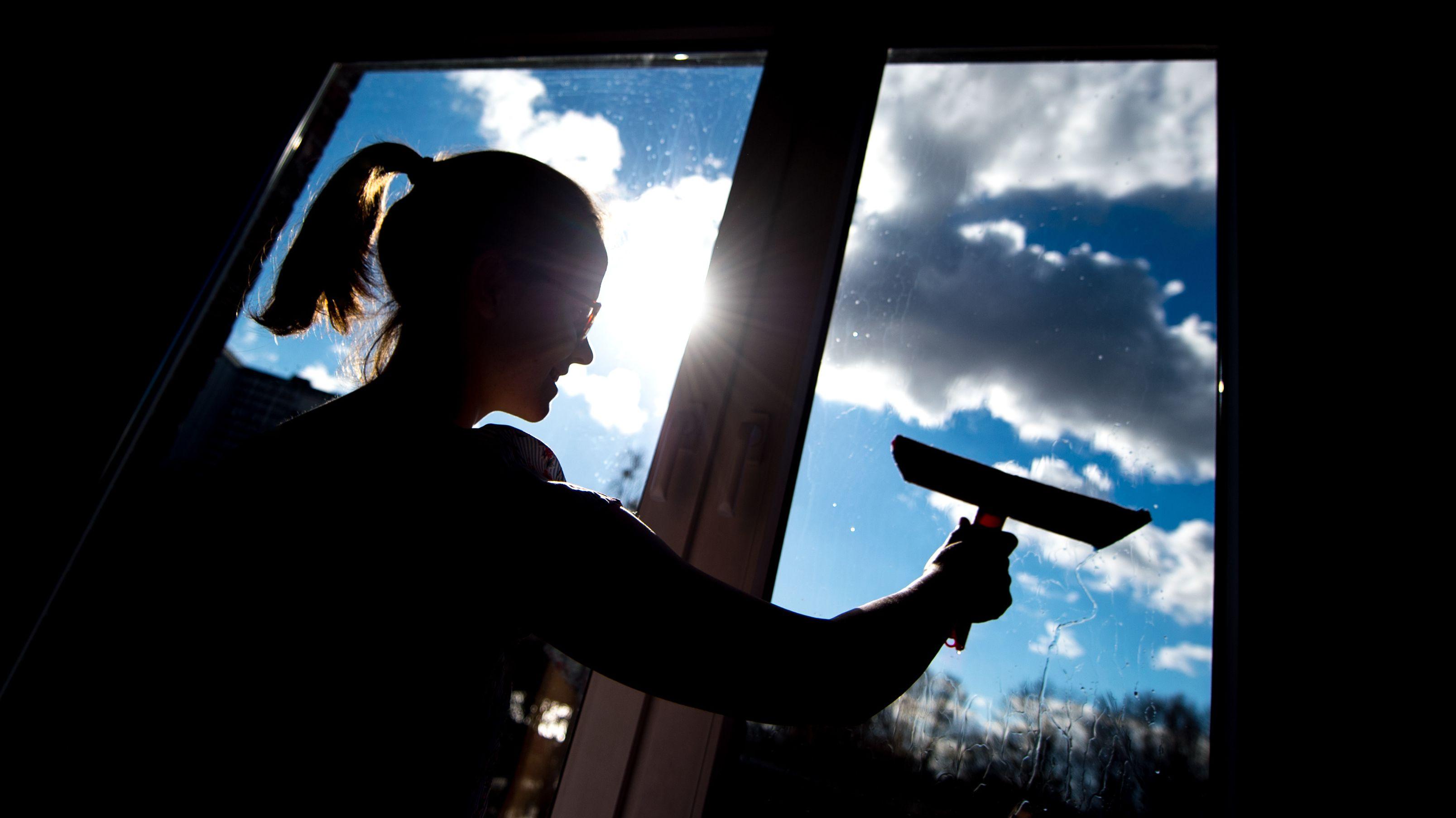 Symbolbild: Eine Putzfrau reinigt ein Fenster