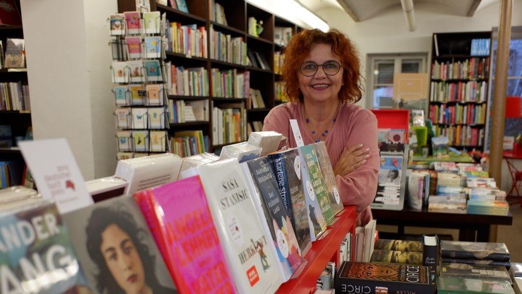 Bayerns Buchhändlerin des Jahres, Gaby Kellner, in ihrer Bücherstube in Moosburg.