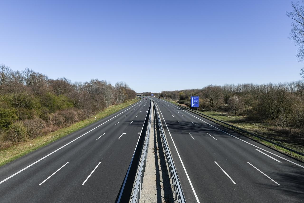 Leere Autobahn auf der A352 Richtung A7 / A2