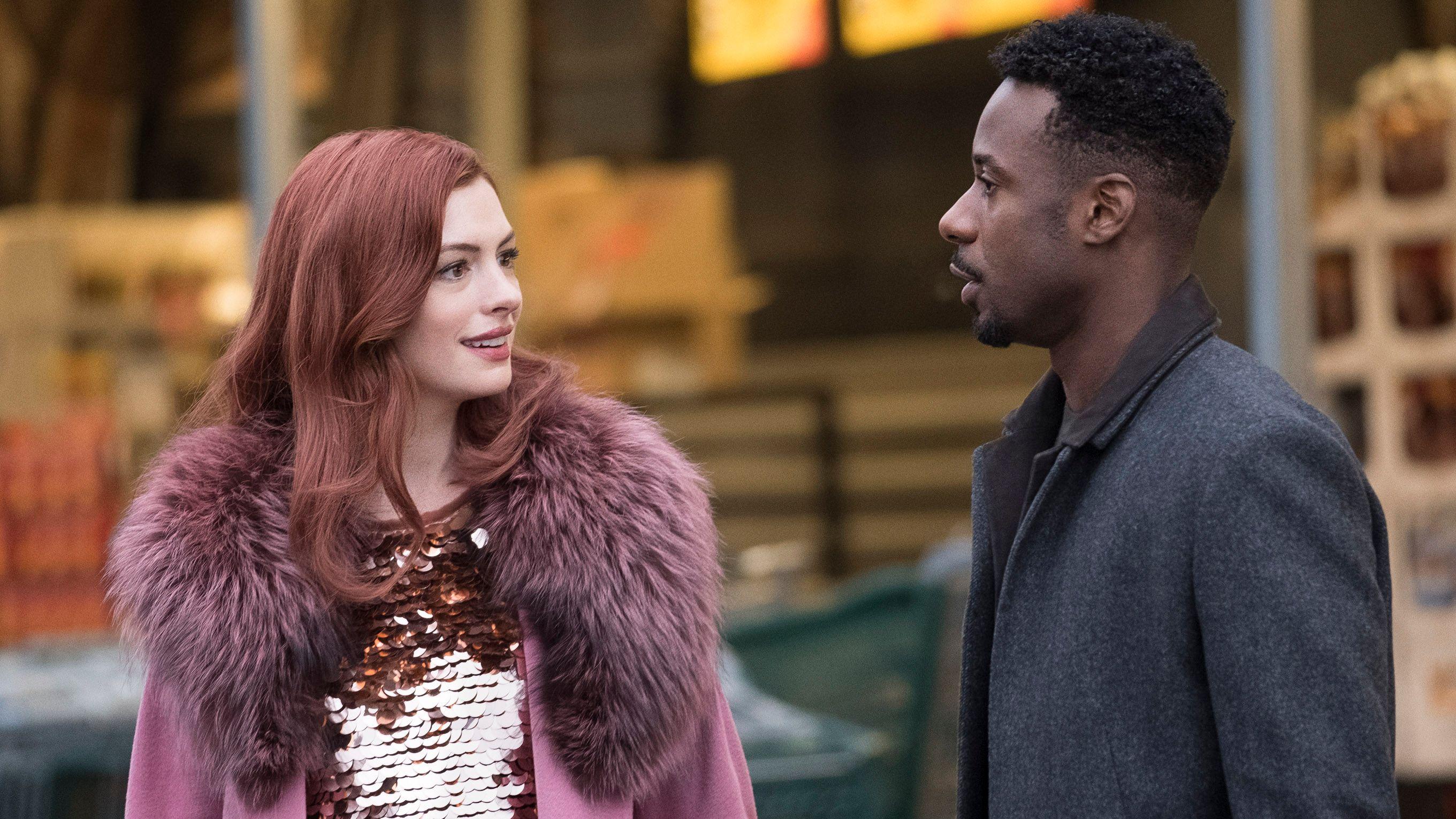 """Anne Hathaway unterhält sich in einem Supermarkt in der Serie """"Modern Love"""""""