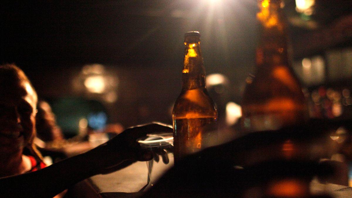 Feiernde mit Bierflaschen