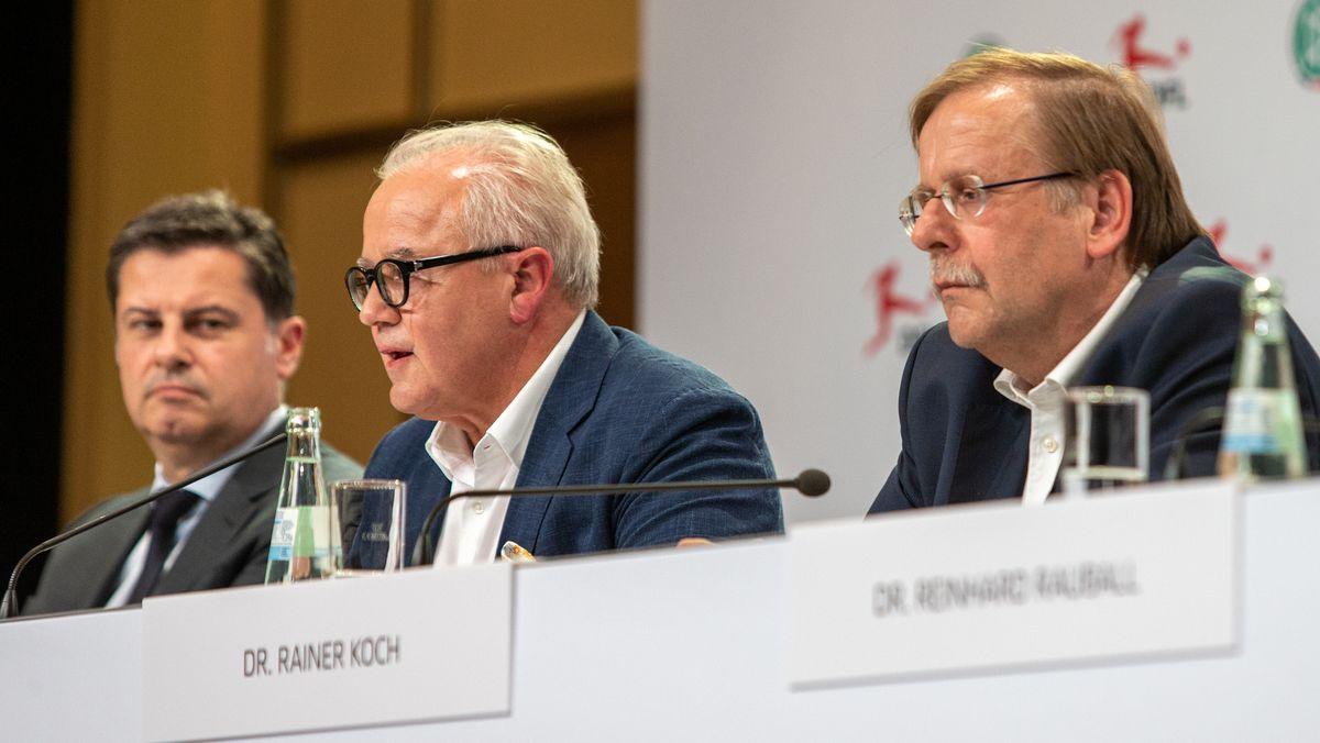 DFL-Versammlung 2019 mit Christian Seifert, Fritz Keller und Rainer Koch (v.l.)