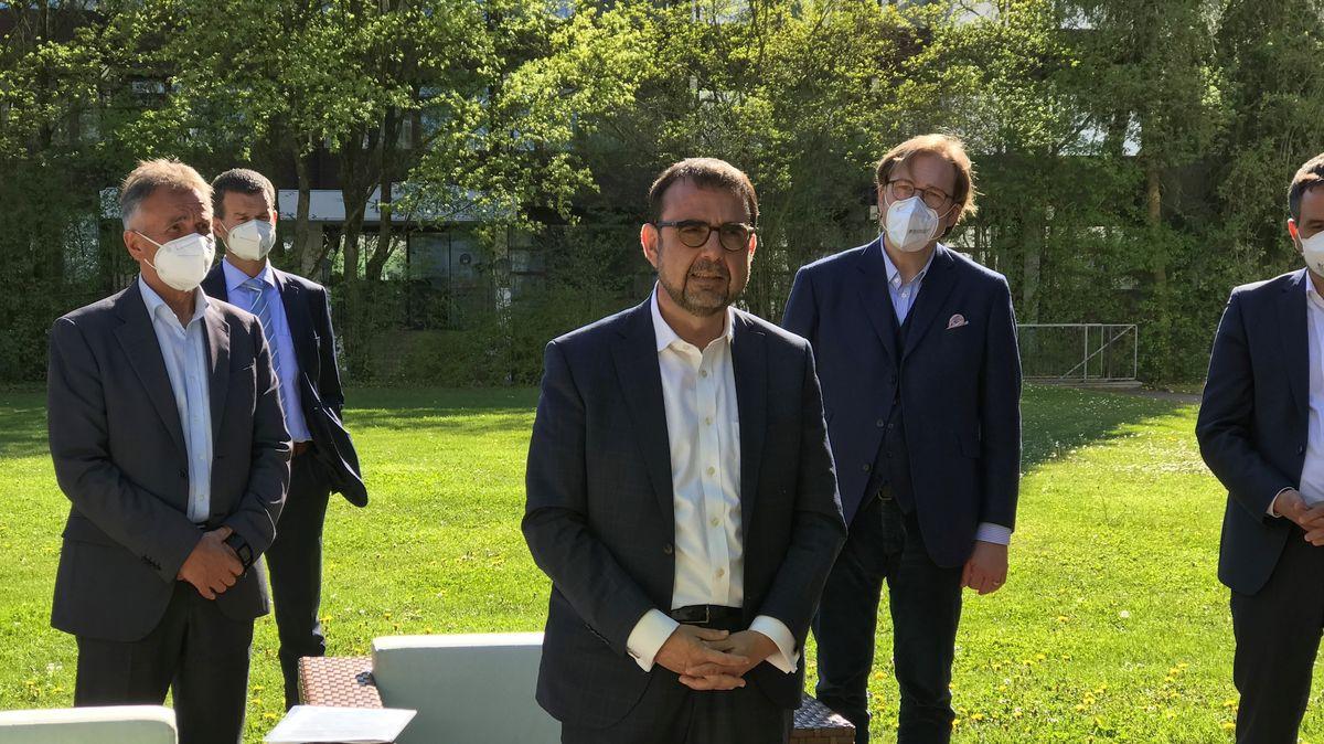 Bayerns Gesundheitsminister Klaus Holetschek (CSU) wollte in Bad Füssing noch keine falschen Hoffnungen auf baldige Öffnungsperspektiven machen.