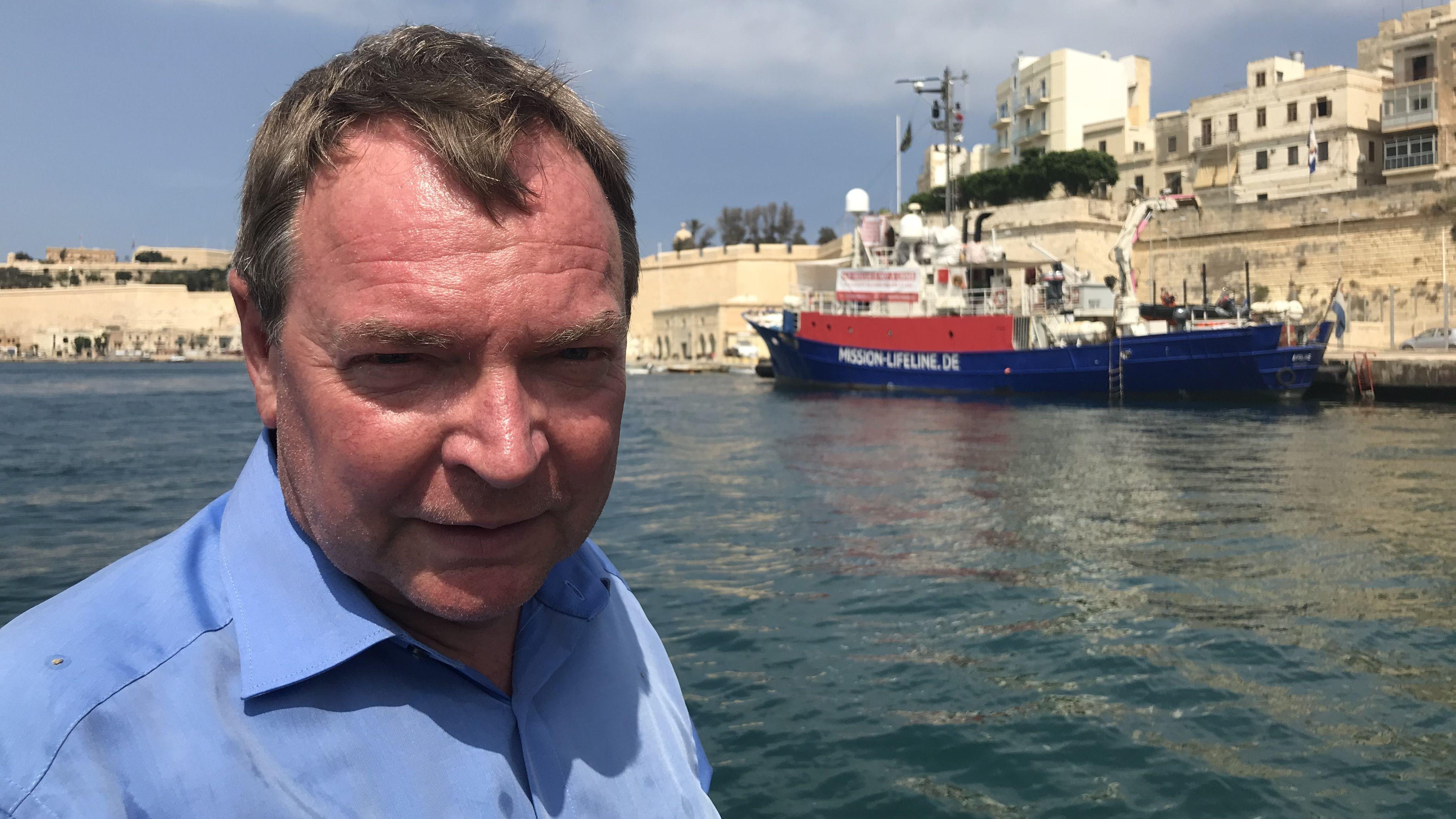 """Claus-Peter Reisch auf Malta mit der """"Lifeline"""" im Hintergrund"""