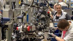 Fachkräfte gefragt: Händische Produktion von Motoren. | Bild:BR 2018