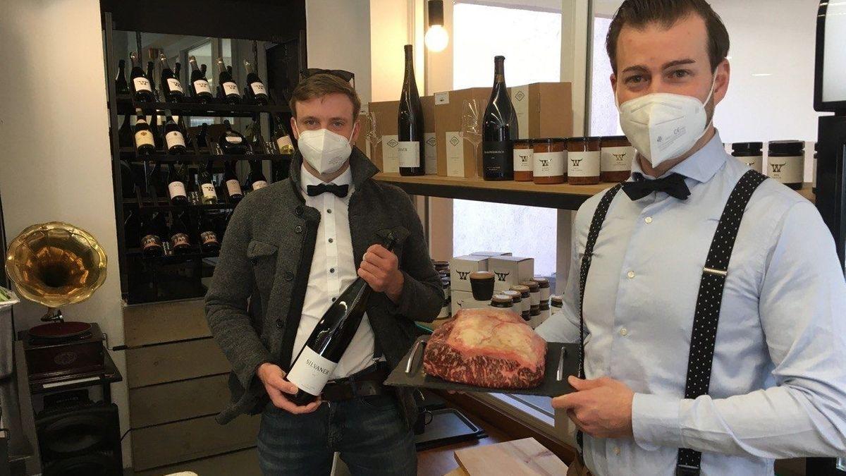 Christoph Götz und Jan Wiesner verkaufen in ihrem Laden in Würzburg Fleisch und Wein.