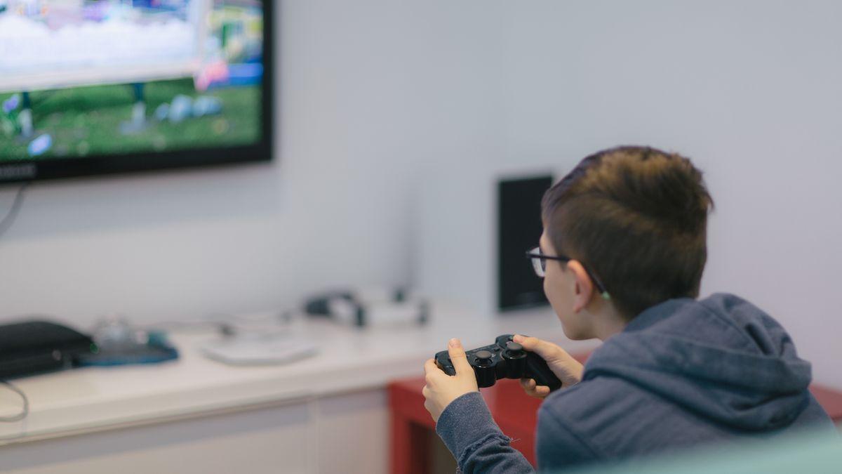 Eine Junge spielt an seiner Spielekonsole
