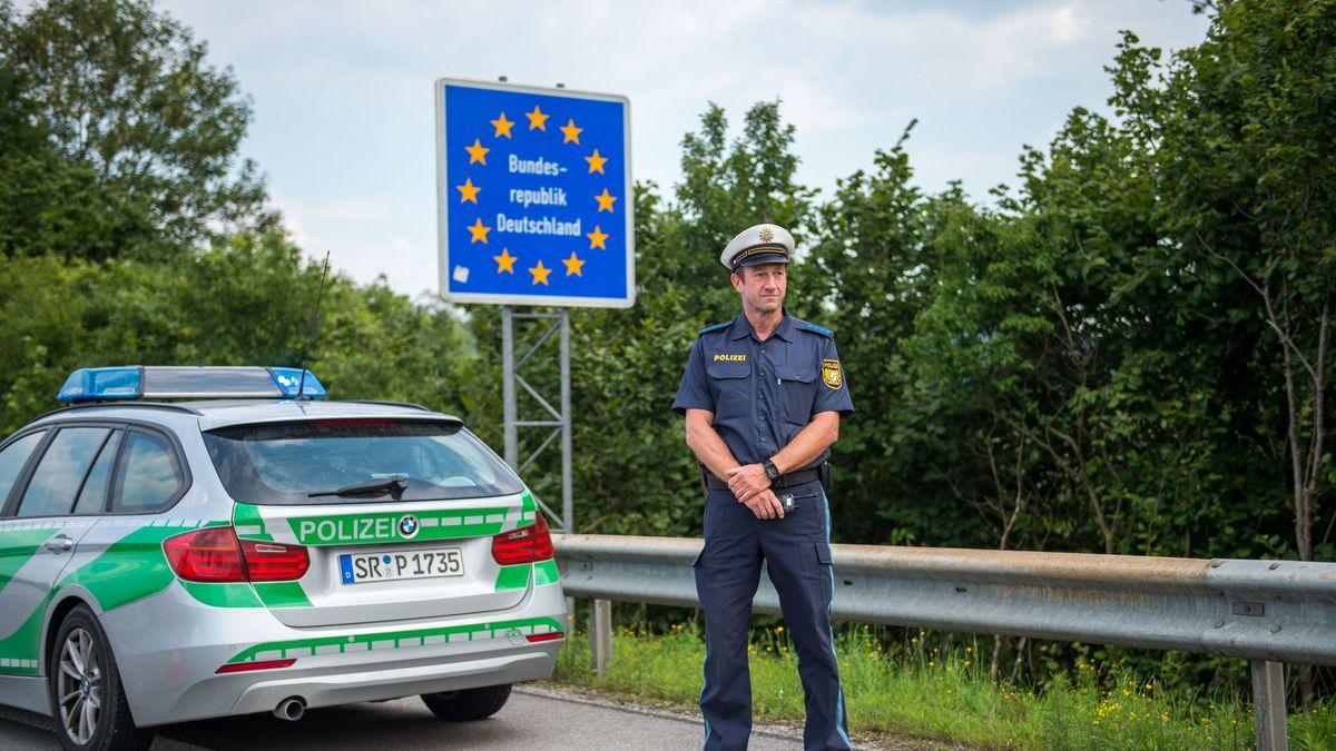 Polizist an der Grenze zu Österreich