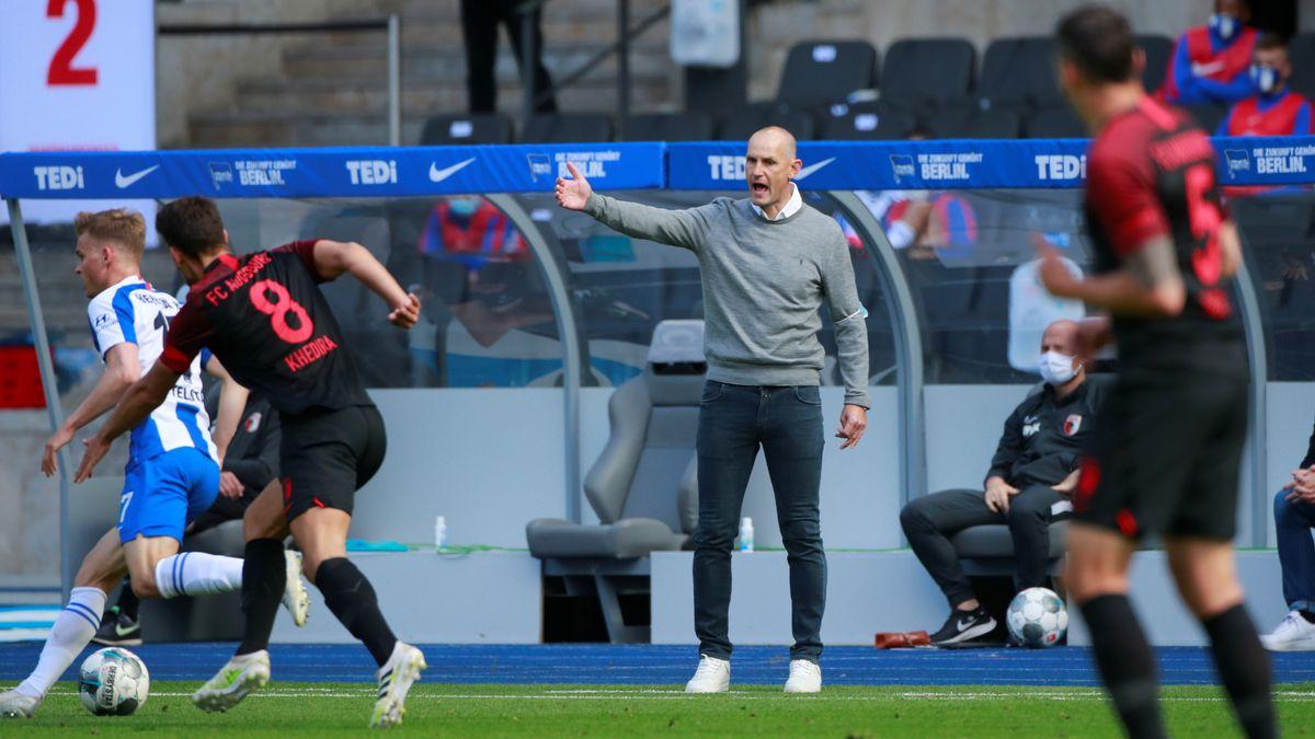 FCA-Trainer Heiko Herrlich schimpft im Spiel gegen Berlin an der Seitenlinie