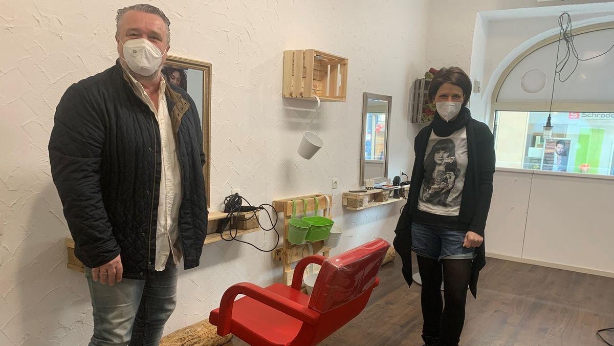 Gastronom Wolfgang Fiebich und Friseurmeisterin Sandro Schrödel stehen in ihrem Pop-Up-Friseursalon.
