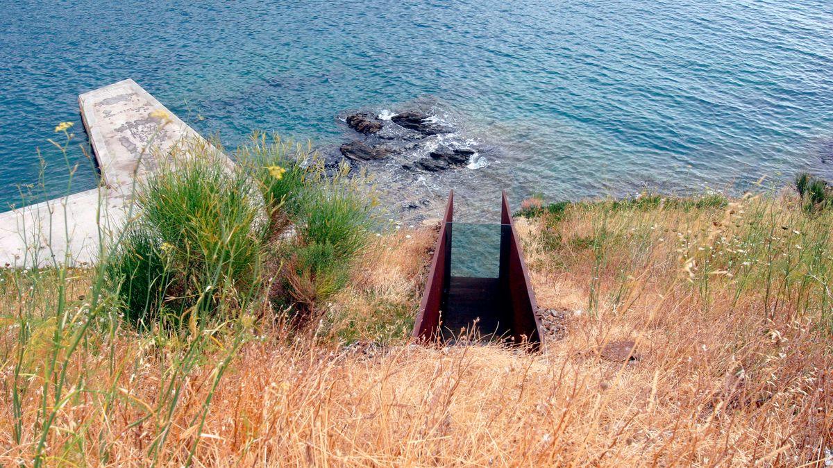 Stahltreppe hinunter zum Blick aufs Meer