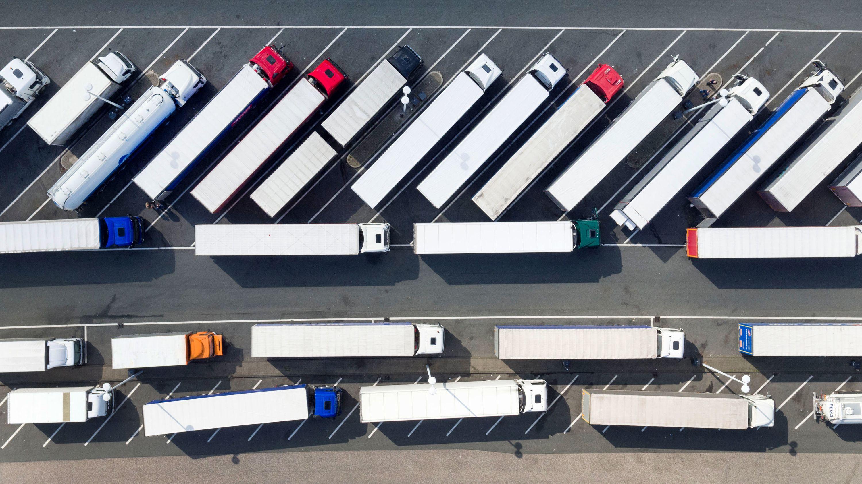 Abgestellte Lastwagen stehen auf einer Raststätte