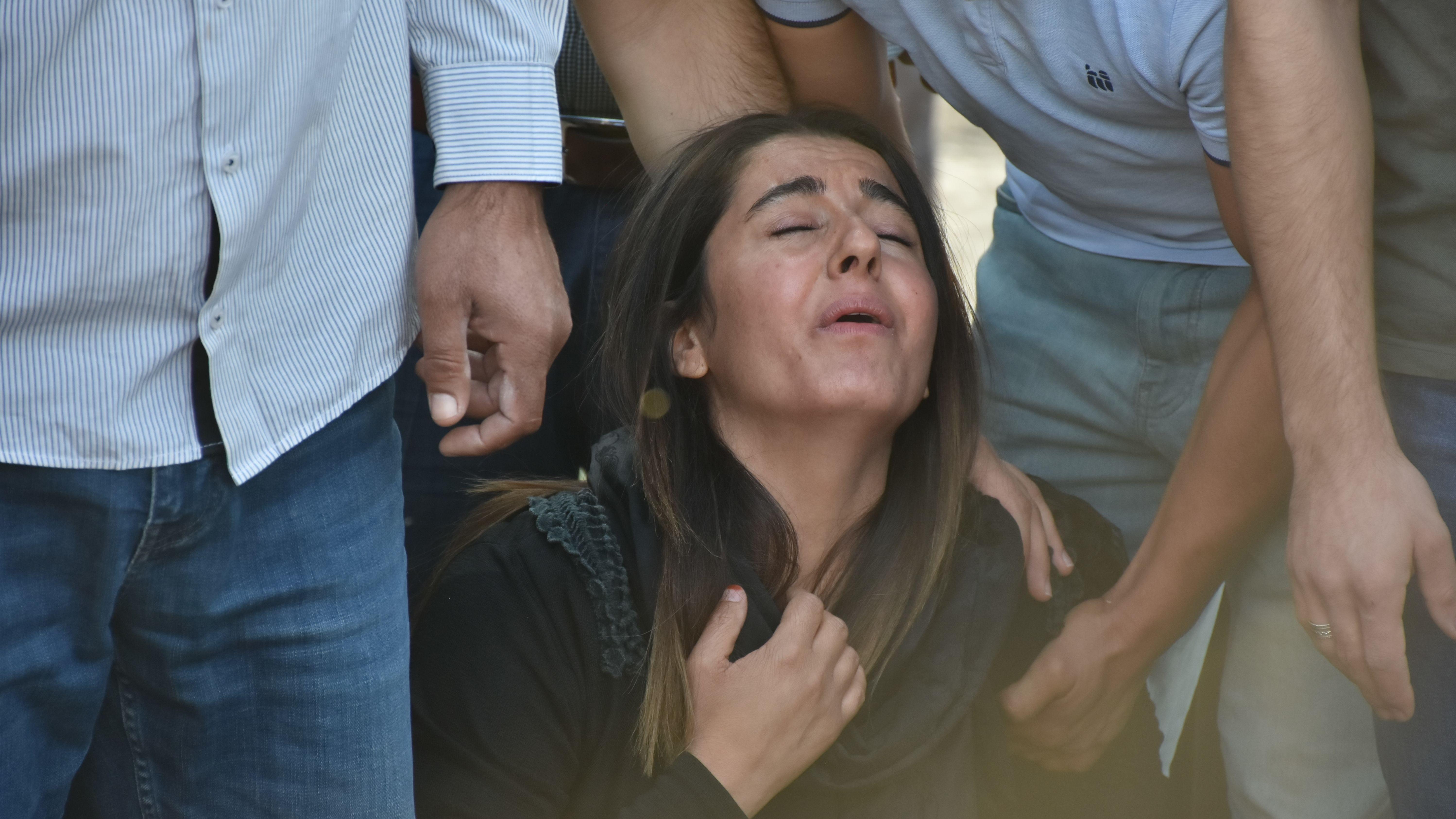 Eine Frau trauert in Nusaybin um ihren Angehörigen Mehmet Sirin Demir, der bei Angriffen der YPG getötet wurde.
