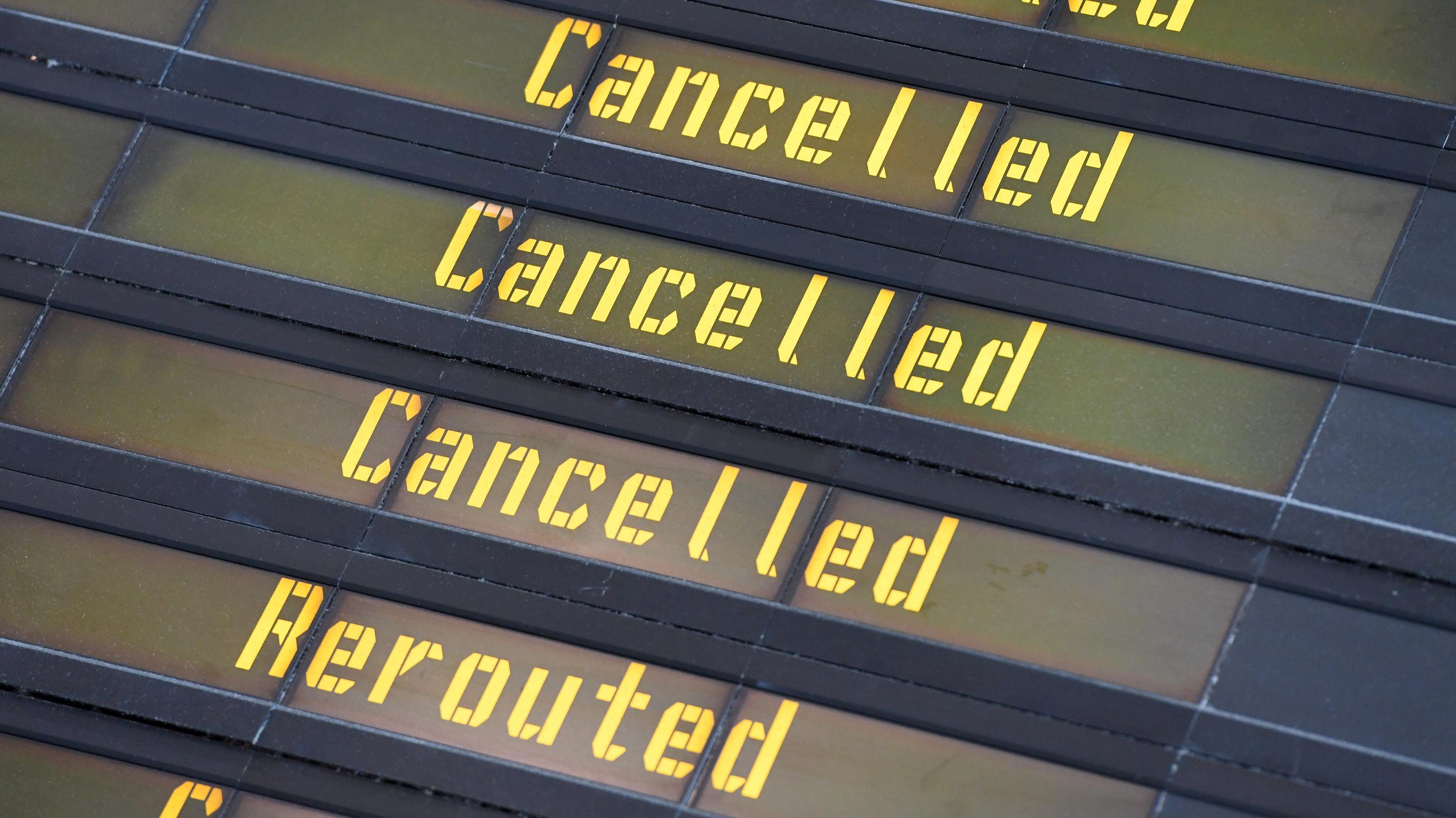 Eine Anzeigetafel weist auf Flugausfälle hin