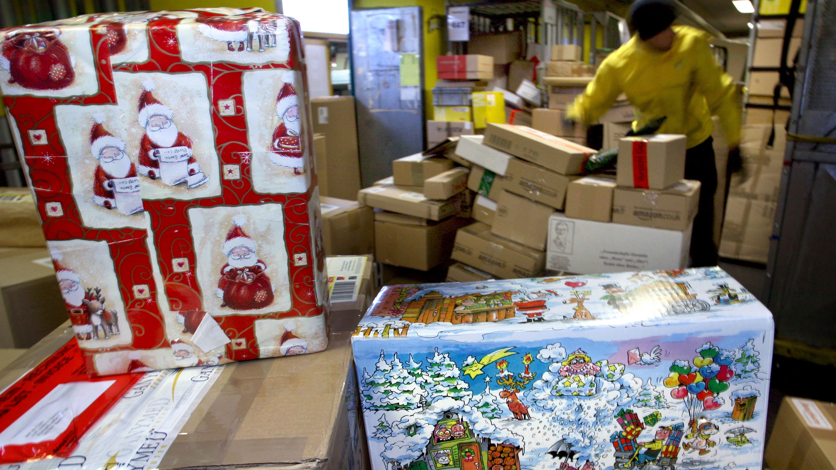 Archivbild: Weihnachtlich verpackt sind zum Teil die Pakete, die im Paketzentrum des Paketdienstes DHL sortiert werden