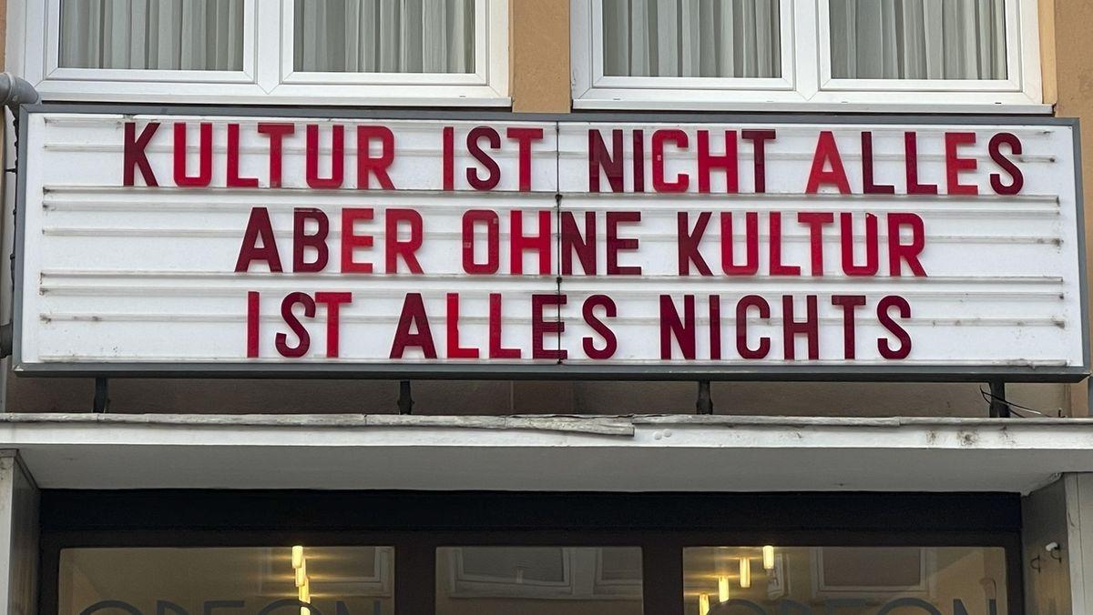 """""""Kultur ist nicht alles, aber ohne Kultur ist alles nichts"""" steht über dem Eingang eines Kölner Kinos"""