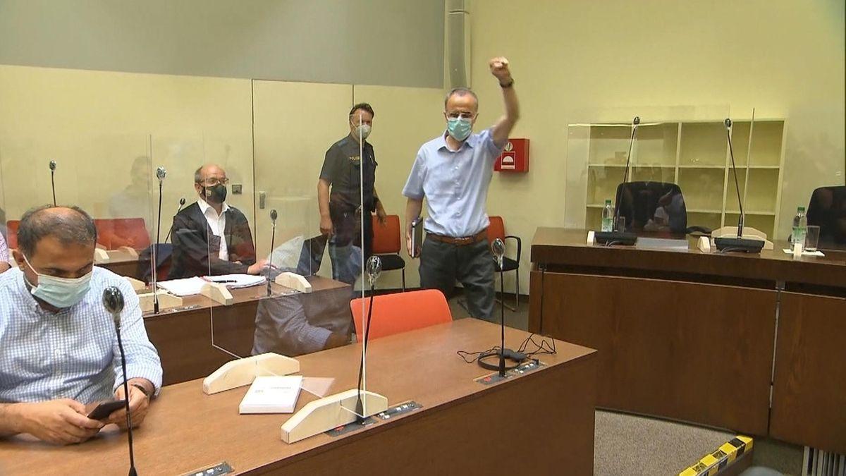Der Hauptangeklagte betritt im Gerichtssaal
