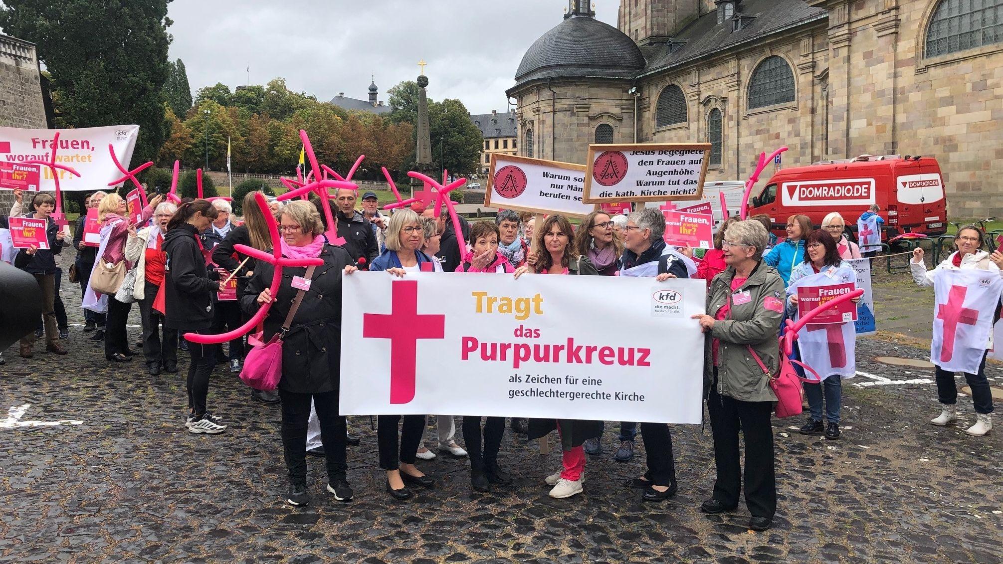 Maria 2.0 demonstriert bei der Bischofskonferenz in Fulda