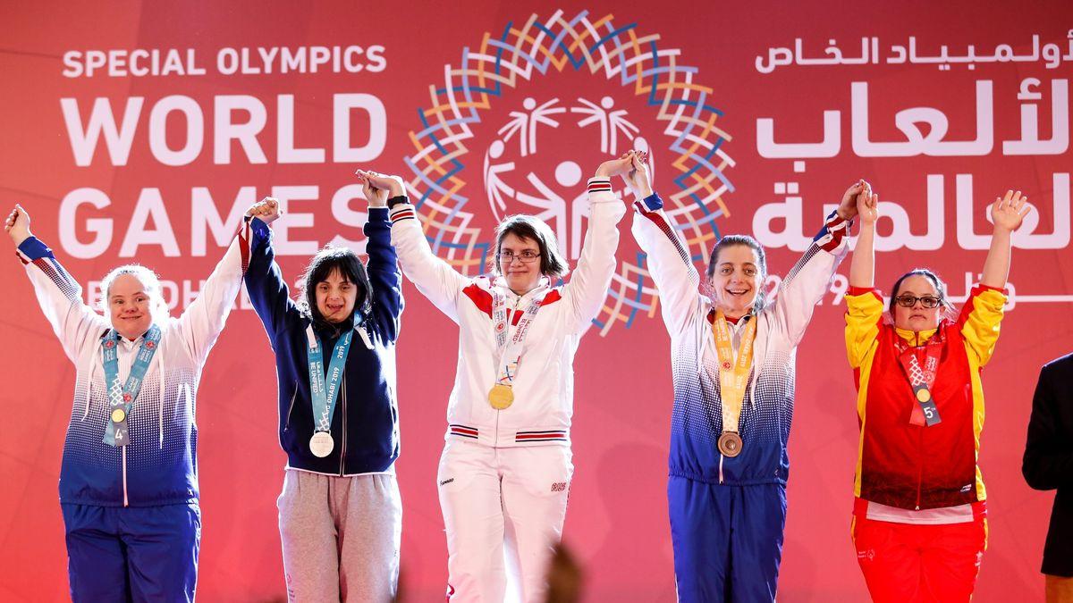 Athletinnen bei der Preisverleihung während der Special Olympics World Games in Abu Dhabi 2019